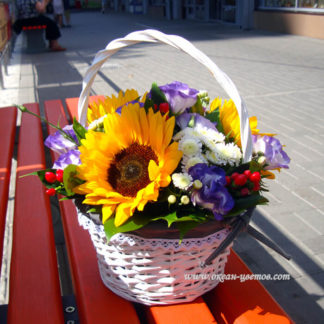 Подсолнухи, эустома, гиперикум, хризантема в корзине Воронеж
