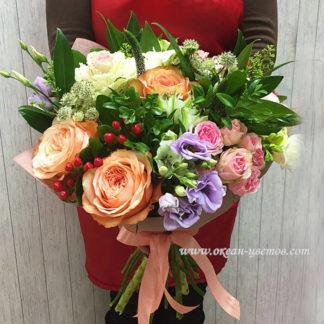 Букет из пионовидных роз, эустомы, скимии, фрезии Воронеж
