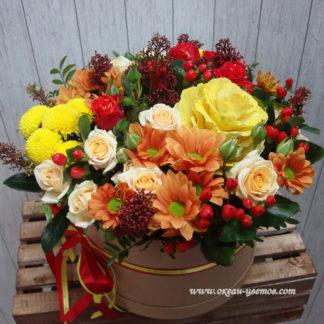 Цветы в коробке брассика, хризантема, роа, гиперикум, скимия Воронеж