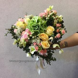 Букет из гортензии, роз, геллеборуса, гиперикума, эвкалипта Воронеж
