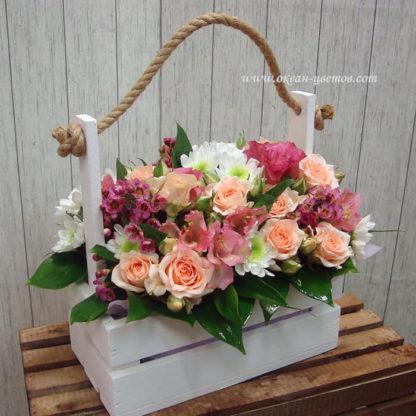 Композиция в ящике из кустовых роз, альстромерий и хризантемы Воронеж