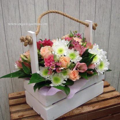 Композиция в ящике из кустовых роз, альстромерий и хризантемы Воронеж 2