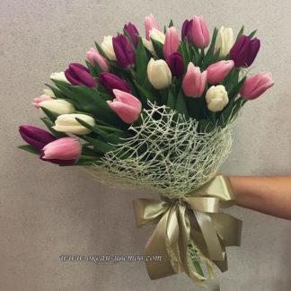 Букет из белых, фиолетовых, розовых тюльпанов