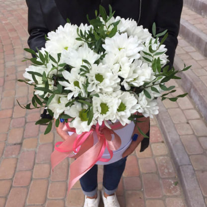 Белые ромашки хризантемы в коробке Воронеж 2