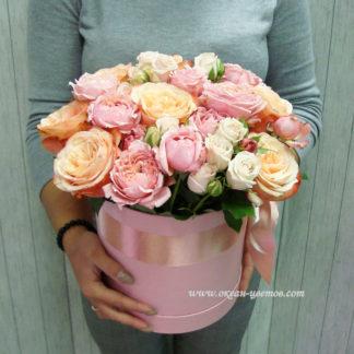 Коробка из кустовых и пионовидных роз