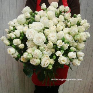 Букет из белых кустовых роз Воронеж