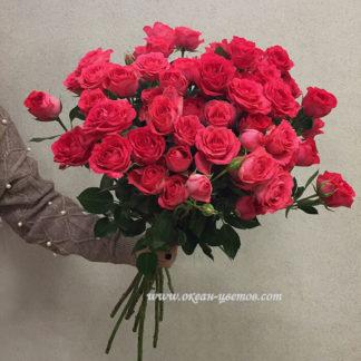 Букет из малиновых кустовых роз Воронеж