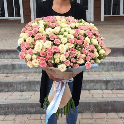 Букет из белых и розовых кустовых роз Воронеж 2