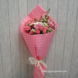 Букет из кустовых роз, эустомы, хамелациума Воронеж