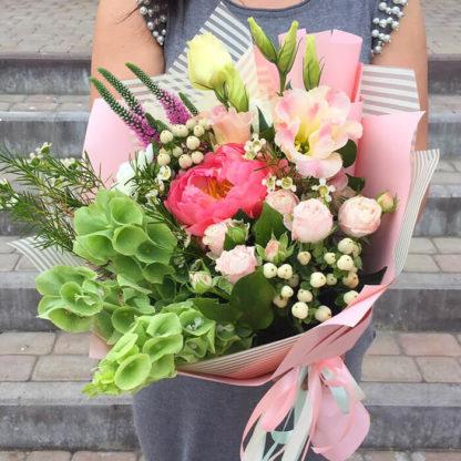 Букет из пионов, роз, гиперикума, эустомы, вероники Воронеж