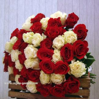 Букеты из белых и красных роз