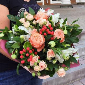 Букет из роз, гиперикума, геллеборуса, альстромерии Воронеж