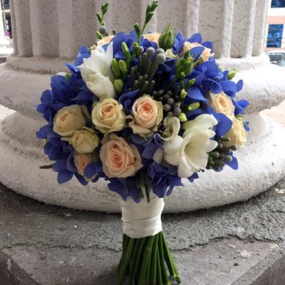 Букет невесты с гортензией, фрезией, кустовой розой Воронеж