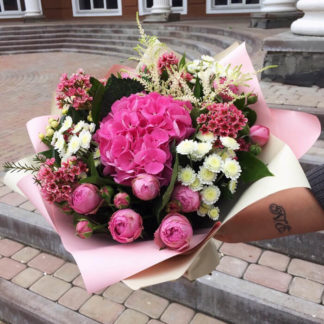 Букет из пионовидных роз, гортензии, хризантемы, хамеллациума Воронеж