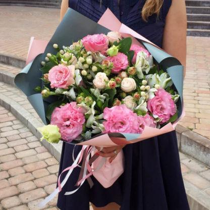Букет из эустомы, кустовой розы, альстромерии, гиперикума Воронеж