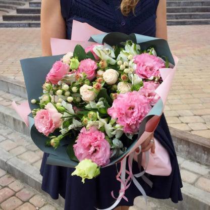 Букет из эустомы, кустовой розы, альстромерии, гиперикума Воронеж 2