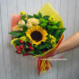 Букет из подсолнухов, кустовой розы, гиперикума, кустовой хризантемы Воронеж