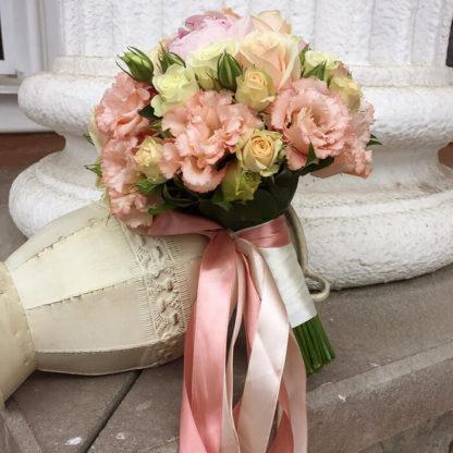 Букет невесты с пионами, эустомой, кустовой розой Воронеж