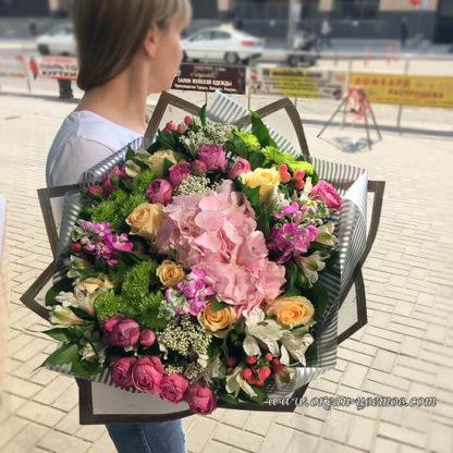 Букет из гортензии, кустовой розы, хризантемы, альстромерии, озатамнуса, гиперикума Воронеж 2