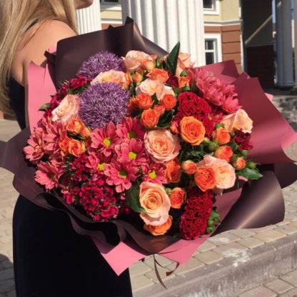 Букет из роз, кустовых роз, хризантем, алиума, целлозии Воронеж 3
