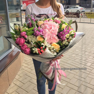 Букет из гортензии, кустовой розы, хризантемы, альстромерии, озатамнуса, гиперикума Воронеж