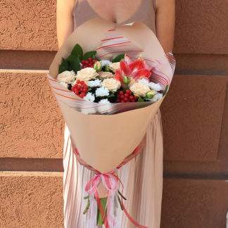 Букет из амариллиса, кустовых роз, хризантем, гиперикума Воронеж2