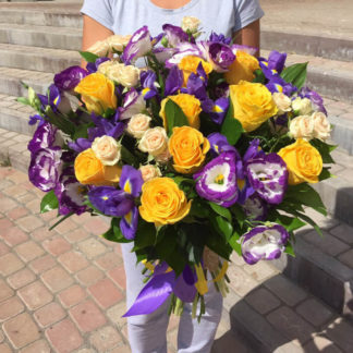 Букет из эустомы, роз, ирисов Воронеж