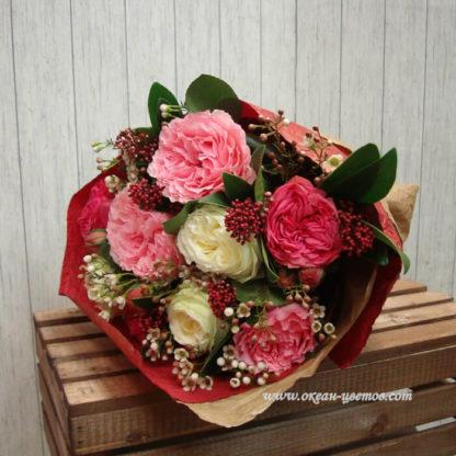 Букет из пионовидных роз, скимии и хамелациума Воронеж