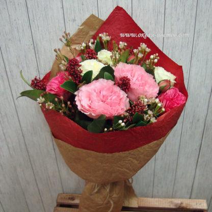 Букет из пионовидных роз, скимии и хамелациума Воронеж 2